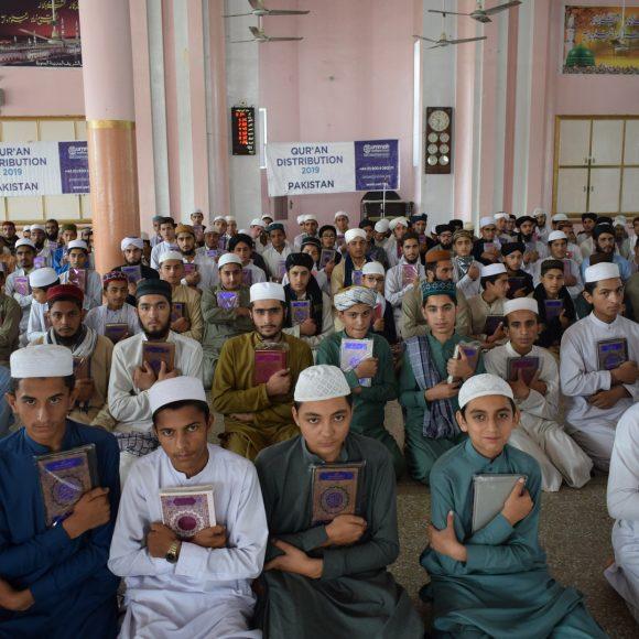 قرآن پاک کے نسخوں کی تقسیم